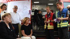 Merkel und Dreyer im Gespräch mit Feuerwehrleuten in Schuld