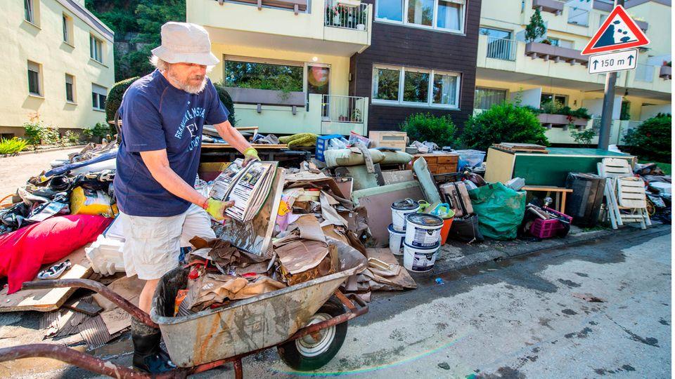 Aufräumarbeiten nach der großen Hochwasserflut