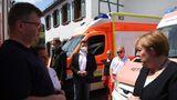 Merkel im Gespräch mit Rettungsdienst