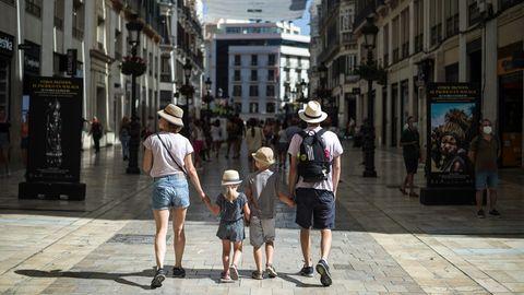 Eine Touristenfamilie spaziert durchMálaga:Die Corona-Krise im Urlaubsland Spanien hat sich weiter zugespitzt.