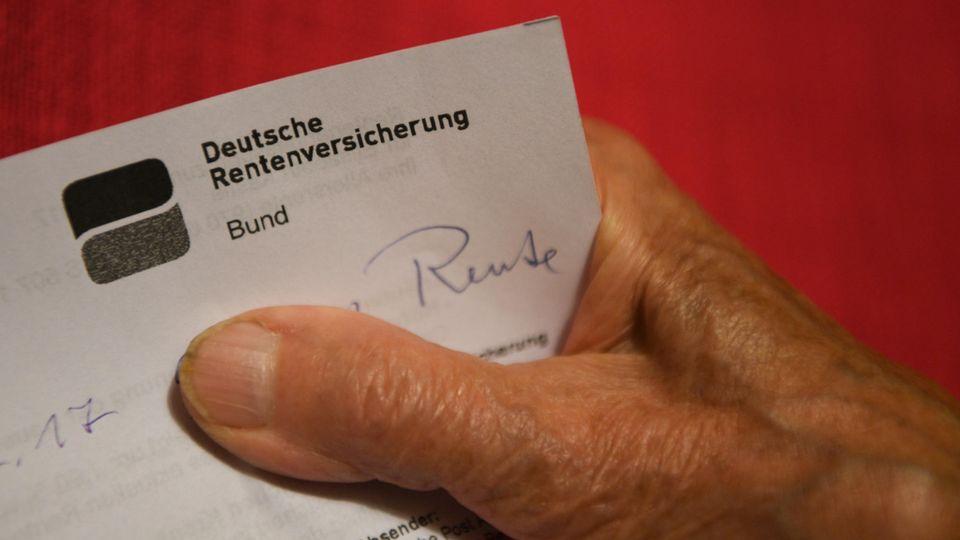 Hand hält ein Schreiben der Deutschen Rentenversicherung in der Hand