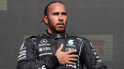 Lewis Hamilton hält die Hand aufs Herz bei der Siegerehrung in Silverstone
