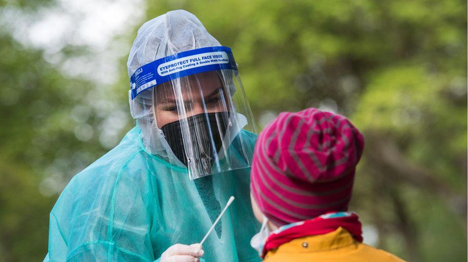 Eine Mitarbeiterin in einem Corona-Testzentrum machteinen Corona-Test