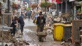 Rheinland-Pfalz, Ahrweiler: Anwohner und Ladeninhaber versuchen, ihre Häuser vom Schlamm zu befreien