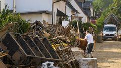 Sperrmüll türmt sich in den Strassen von Sinzig. Das Unwetter hat das Mobiliar in zahlreichen Haushalten zerstört.