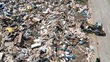 Arloff, Nordrhein-Westfahlen:Helfer bringen Trümmer der Fluten zu einer improvisierten Mülldeponie.
