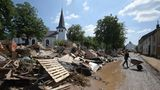 Iversheim, Nordrhein-Westfahlen: Menschen räumen Trümmer nach dem Hochwasser weg. Durch Iversheim im Kreis Euskirchen fließt die Erft, deren Pegel während der Unwetter massiv gestiegen ist.