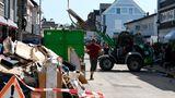 Mit vereinten Kräften räumen die Bürger von Leichlingen den Unrat des Hochwassers vom Mittwoch Abend auf