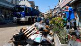 Nach der Überflutung der Leichlinger Innenstadt beseitigen die Bewohner:innen und Helfer:innen die Trümmer der Katastrophe
