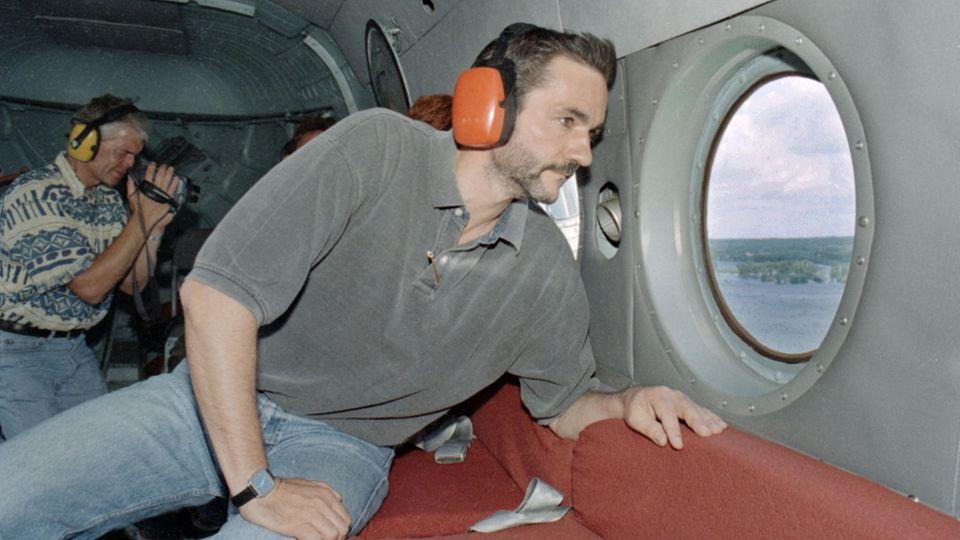 Aus einem Polizeihubschrauber schautBrandenburgs damaliger Umweltminister Matthias Platzeck auf den Oderdeich
