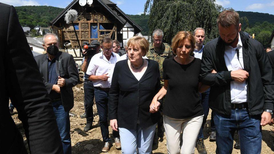 Bundeskanzlerin Angela Merkel (l., CDU) und Malu Dreyer (SPD), Ministerpräsidentin von Rheinland-Pfalz
