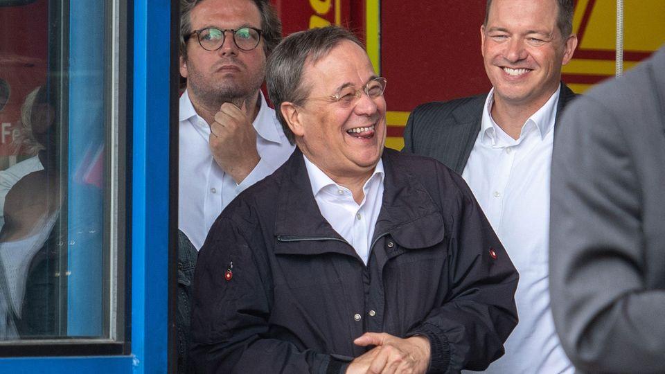 Armin Laschet (M.)lacht während Bundespräsident Steinmeier (nicht im Bild) ein Pressestatement gibt