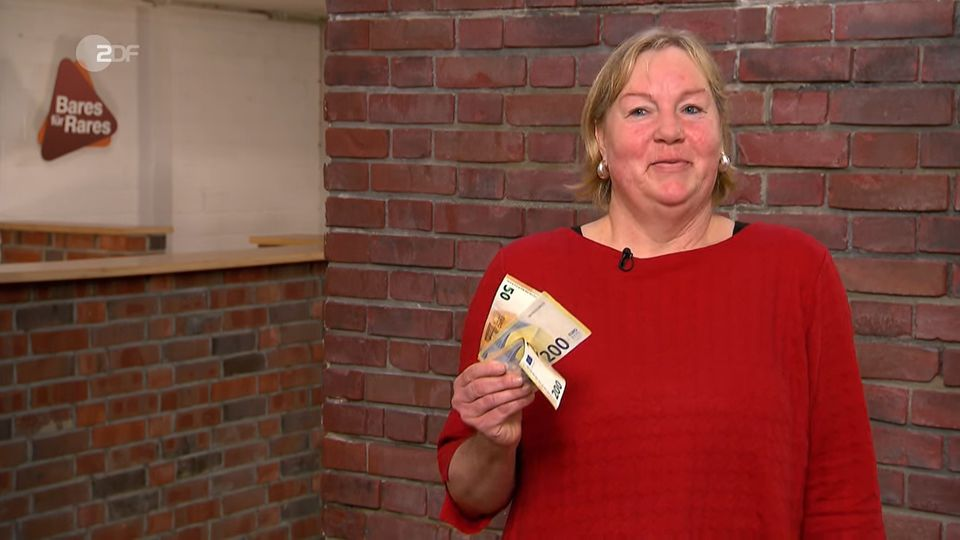 Ute Wiesen hält im Studio von Bares für Rares ein Bündel Geldscheine in der Hand
