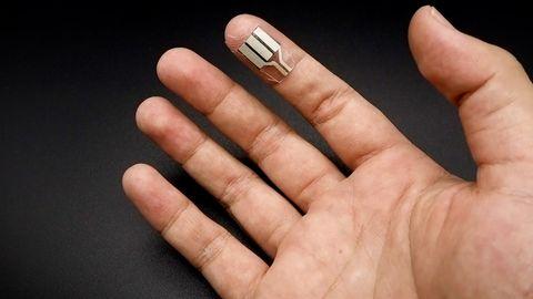 Biobrennstoffzelle gewinnt Energie aus Schweiß an Fingerspitzen