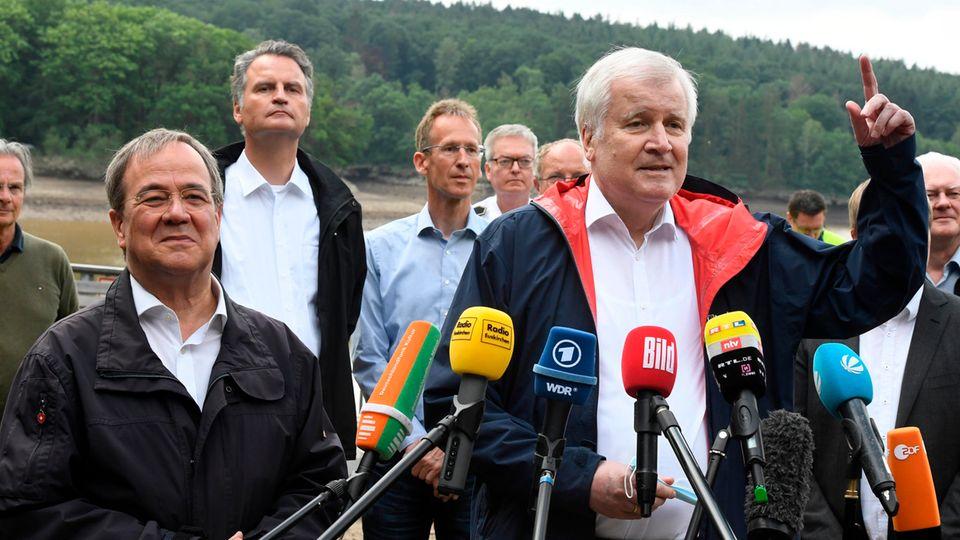 Bundesinnenminister Horst Seehofer (CSU, r) und der Ministerpräsident von Nordrhein-Westfalen, Armin Laschet (CDU, l)