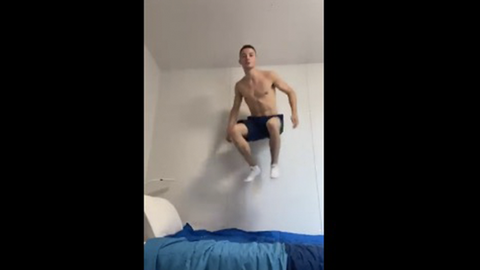 Rhys McClenaghan springt auf Bett
