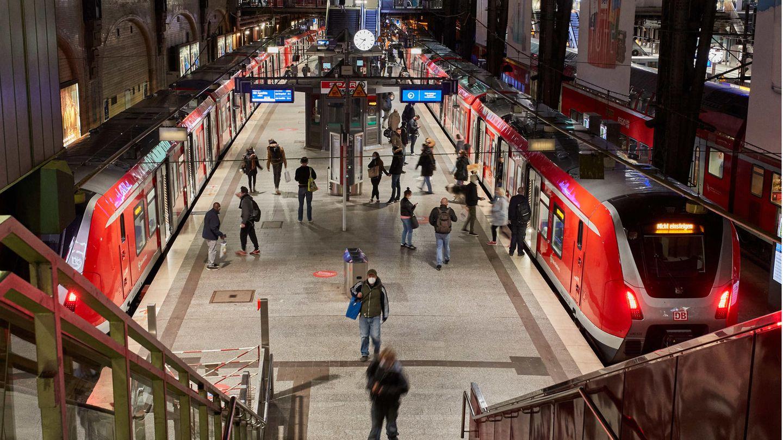Ein Blick auf die Bahnsteige des Hamburger Hauptbahnhofs
