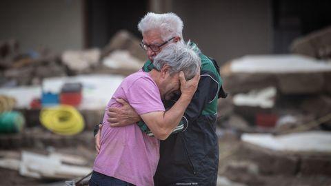 Das Haus weggeschwemmt: Brüder trösten sich gegenseitig