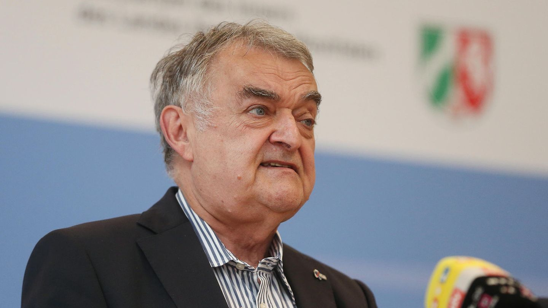 NRW-InnenministerHerbert Reul (CDU) sieht angesichts der Überschwemmungen keine großen Fehler beiStädten und Kreisen