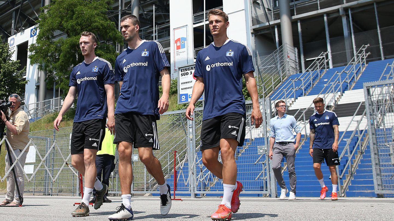 Die HSV Spieler Sebastian Schonlau , Jonas Meffert , Miro Muheim in den neuen Trikots des HSV.