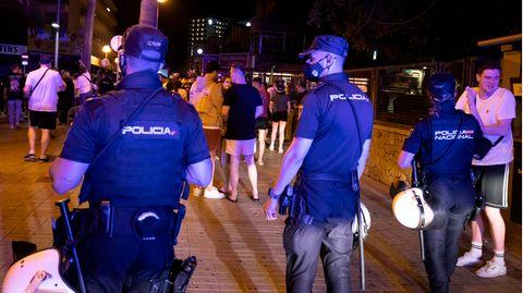 Spanien, Palma: Die Polizei fordert Menschen, die am Strand von Arenal trinken, zum Gehen auf