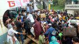 Dhaka, Bangladesch.Reisende stehen dicht gedrängt am Sadarghat Launch Terminal auf dem Weg zum Opferfest Eid al-Adha