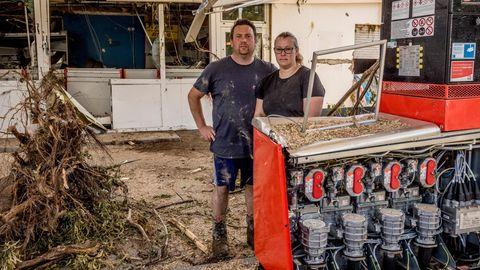 Familie Dewald Auch in Dernau wütete das Wasser. Die Dewalds betreiben seit drei Generationen eine Tankstelle in dem kleinen Ort. Die reißende Ahr hat alles zerstört. Die Katastrophennacht verbrachten Stefan und Carina Dewald auf dem Dach ihres Privathauses