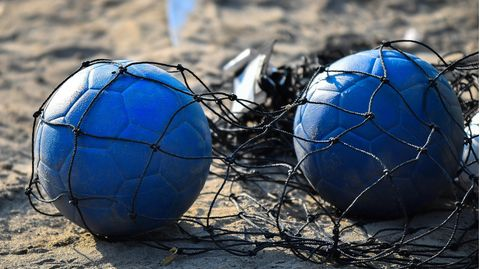 Beachhandball liegt im Netz