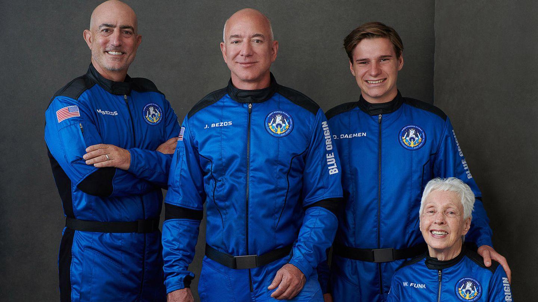Mark Bezos,Milliardär Jeff Bezos, Oliver Daemen aus den Niederlanden und Wally Funk, Luftfahrtpionier aus Texas.