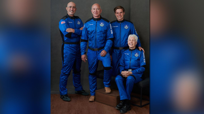 Mit dieser Crew (von links)startet Jeff Bezos (2.v.l) am 20. Juli in Richtung Weltall: Sein Bruder Mark Bezos, der 18-jährigeOliver Daemen aus den Niederlanden und Wally Funk, 82-jährige Luftfahrtpionierin aus Texas.