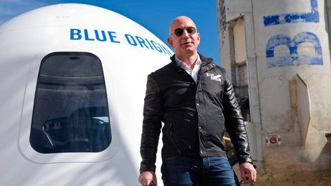 Jeff Bezos vor einer Weltraumkapsel seiner Firma Blue Origin