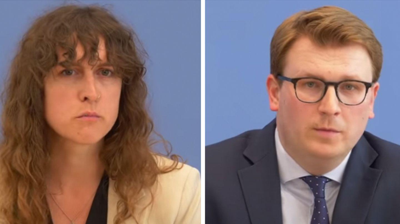 Eine weiße Frau mit halblangen, braunen Locken und ein weißer Mann mit schwarzer Brille und blondem Seitenscheitel sitzen