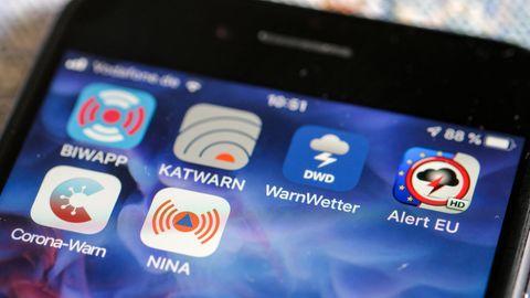 Verschiedene Warn-Apps sind auf auf einem Smartphone zu sehen