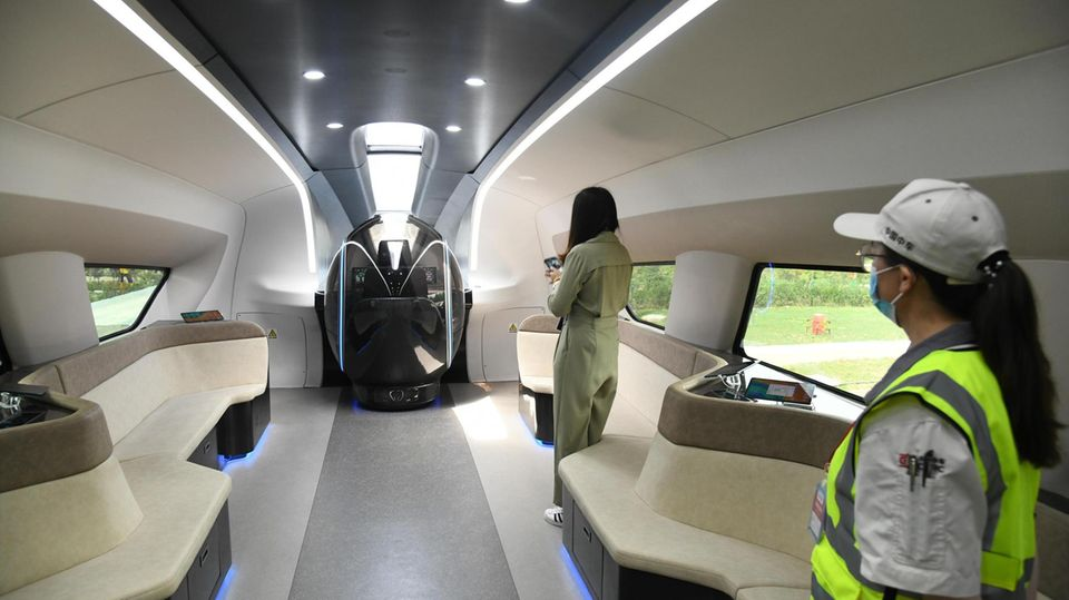 Im ersten Abteil befindet sich eine Lounge und der Arbeitsplatz des Zugführers.