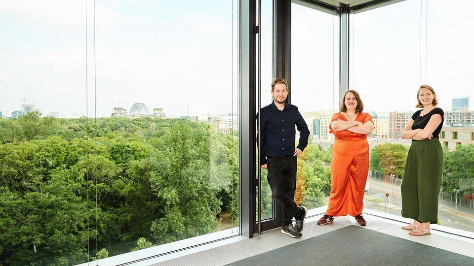 Kevin Kühnert, Ricarda Lang (M.) und Ria Schröder im Hauptstadtbüro von stern und Capital – im Hintergrund das Reichstagsgebäude