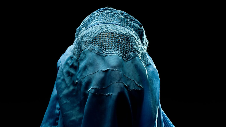 Eine Frau, die eine Burka trägt