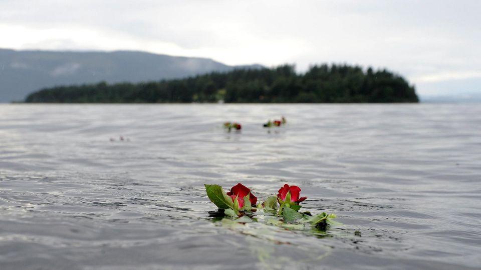 Eine Rose schwimmt im Gedenken an die Opfer des Anschlags von Utøya im Wasser vor der Insel