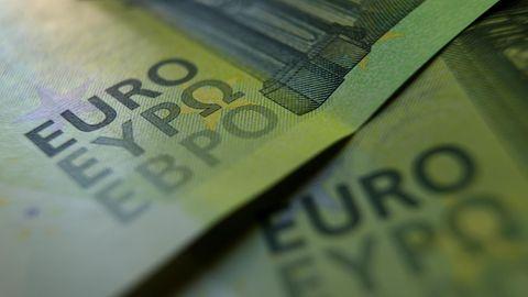 """In Großaufnahme sind die """"Euro""""-Schriftzüge zweier grüner 100-Euro-Scheine zu sehen"""