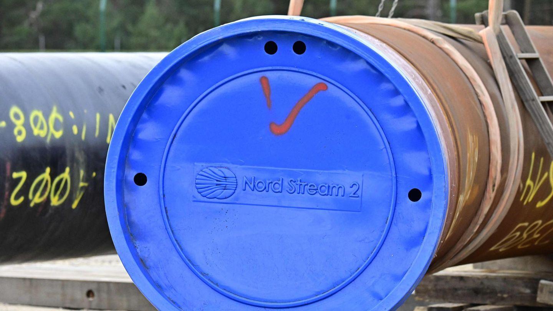 """Ein riesiges Gasrohr ist mit einem blauen Deckel mit """"Nord Stream 2""""-Aufdruck verschlossen"""