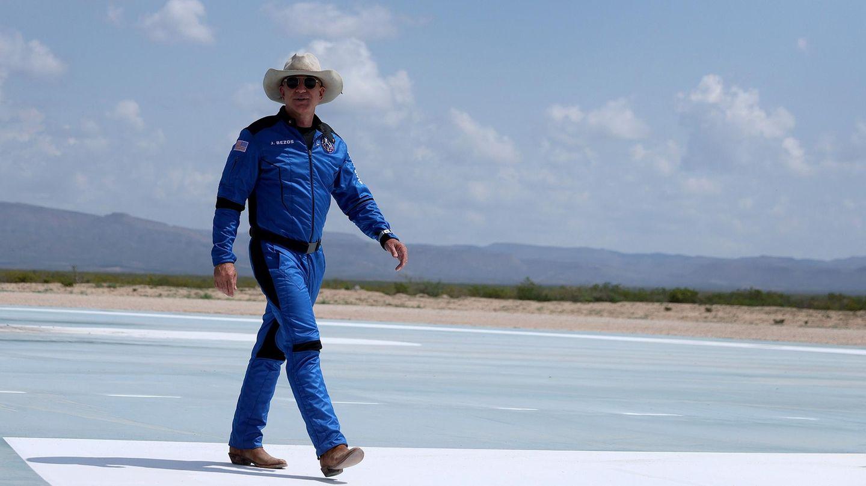 Milliardär Jeff Bezos nach seinem Flug zum Rand des Weltraums auf der Landebahn inVan Horn, Texas