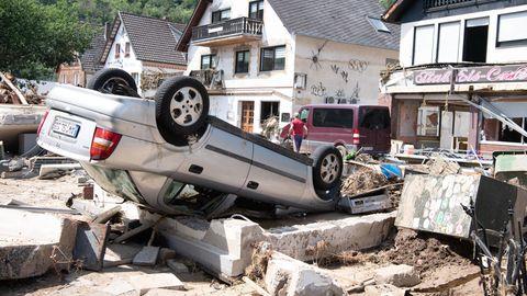 Ein Auto liegt in Altenahr auf dem Kopf