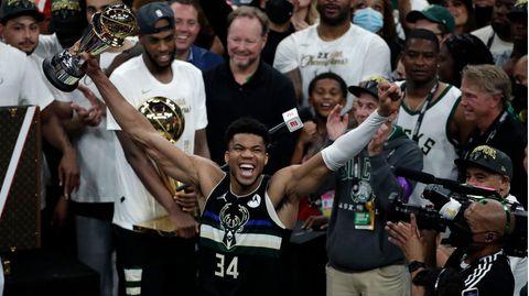 Milwaukee Bucks-Forward Giannis Antetokounmpo wird mit der MVP-Trophäe als bester Spieler der NBA ausgezeichnet.