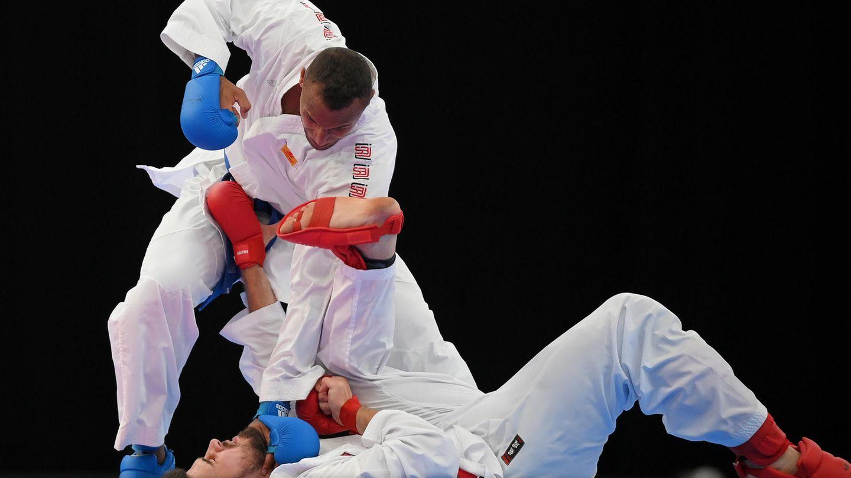 Karate.Die japanische Kampfkunst ist erstmals olympisch, macht aber nur einen Zwischenbesuch bei Olympia – offenbar aus Respekt für dasGastgeberland. Wie es heißt, soll die Sportart schon 2024 wieder aus dem olympischen Katalog fliegen. Gekämpft wird in zwei Disziplinen. Bei der Kata sind die Athlet:innen allein auf der Matte und kombinieren verschiedene Angriffs- und Verteidigungstechniken. Kumite ist ein Freikampf, bei dem zwei Athlet:innen gegeneinander antreten. Vergeben werden insgesamt acht Medaillensätze (zwei in der Kata, sechs in diversen Gewichtsklassen im Kumite). Zu den Kumite-Goldfavoriten in der Gewichtsklasse über 75 Kilo zählt auch der Deutsche Jonathan Horn aus Kaiserslautern(im Bild mit den blauen Handschuhen während der Bundesliga-Finals) –er ist Welt- und Europameister. Ebenfalls für Deutschland am Start: Ilja Smorguner (Kata), Noah Bitsch (Kumite) und Jasmin Jüttner (Kata). Außerdem startet der in Deutschland lebende Syrer Wael Shueb im IOC-Flüchtlingsteam.