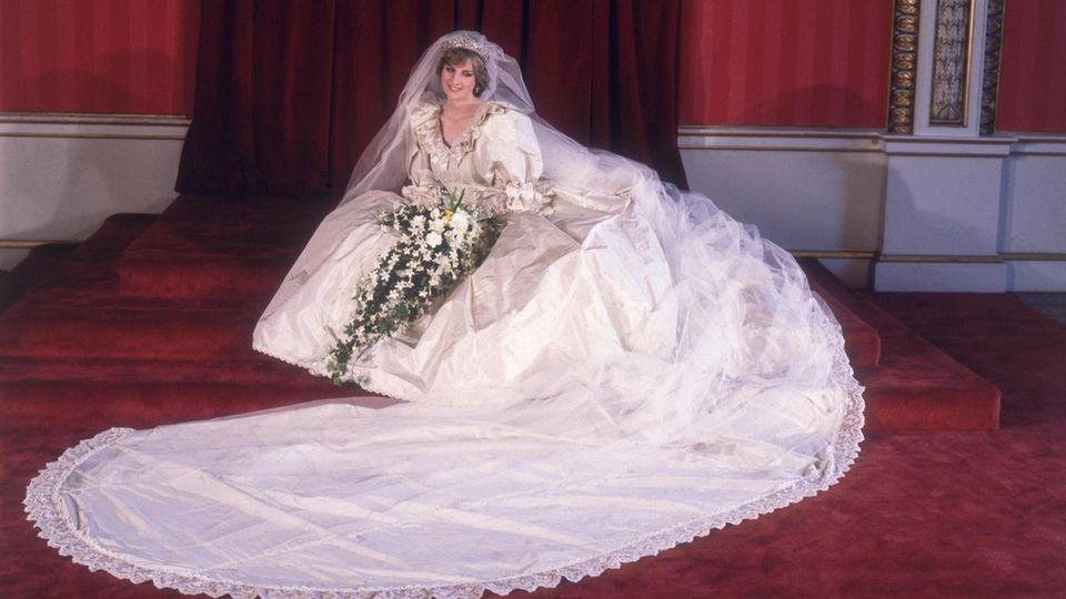 VOE STERN 30/2021  29th July 1981:  Formal portrait of Lady Diana Spencer (1961 - 1997) in her wedding dress designed by David and Elizabeth Emanuel.  (Photo by Fox Photos/Getty Images)