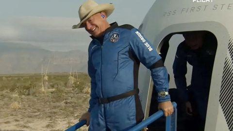 Jeff Bezos verlässt nach seinem Weltraumflug die Kapsel