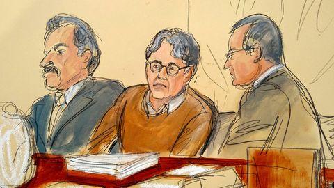 Diese Gerichtszeichnung zeigt den Angeklagten Keith Raniere (M) im Gerichtssaal