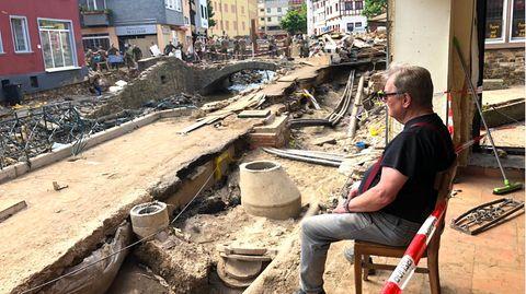 Günter Portz vor den Trümmern seiner Existenz