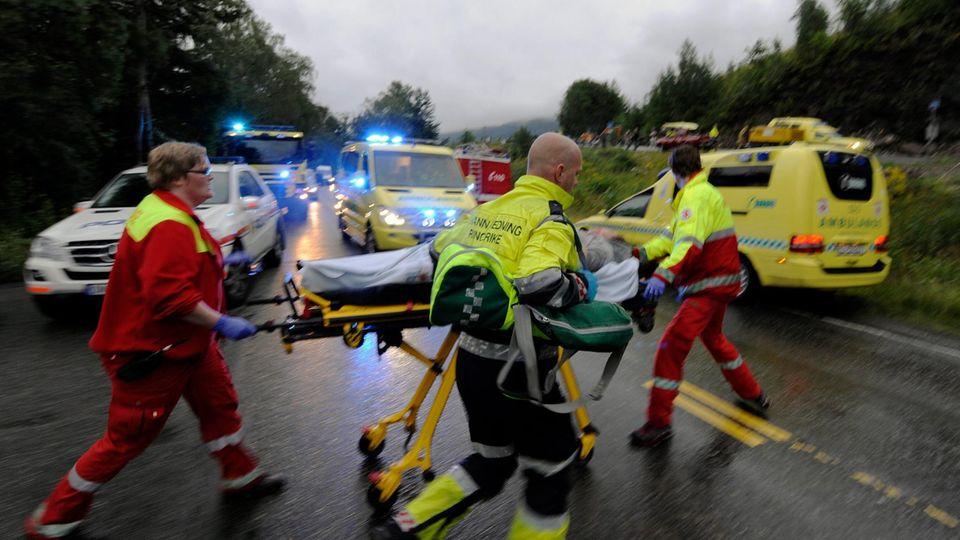 Rettungskräfte bringen Verletzte von der InselUtøya in die Krankenhäuser