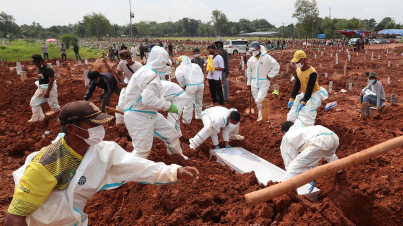 Arbeiter schaufeln Grab