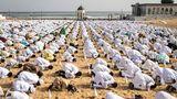 Dakar, Senegal.Eid ul-Adha ist das höchste ismalische Fest und wird dementsprechend auch von den Gläubigen inder Hauptstadt des westafrikanischen Staates begangen. Vier Tage lange wird auch dort desPropheten Ibrahim gedacht, unter anderem mit einem Festgebet vor malerischer Kulisse.